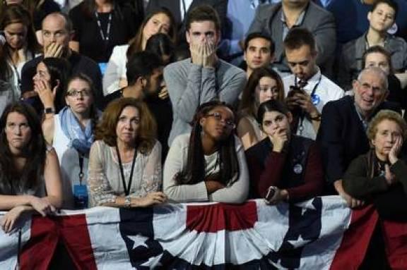 Seguidores de Hillary Clinton reaccionan ante los resultados.