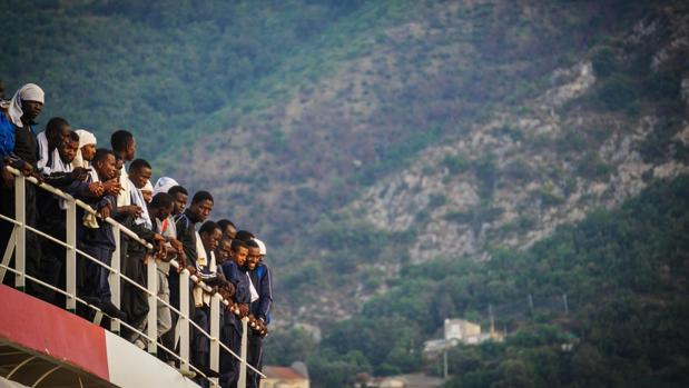 Cientos de inmigrantes llegan a bordo de la embarcación «Vos Prudence» de Médicos Sin Fronteras al puerto de Salerno, al sur de Italia