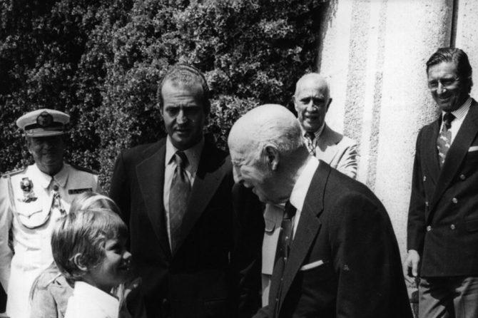 Franco saluda al hoy rey Felipe VI. Al fondo, Juan Carlos I, observa la escena.