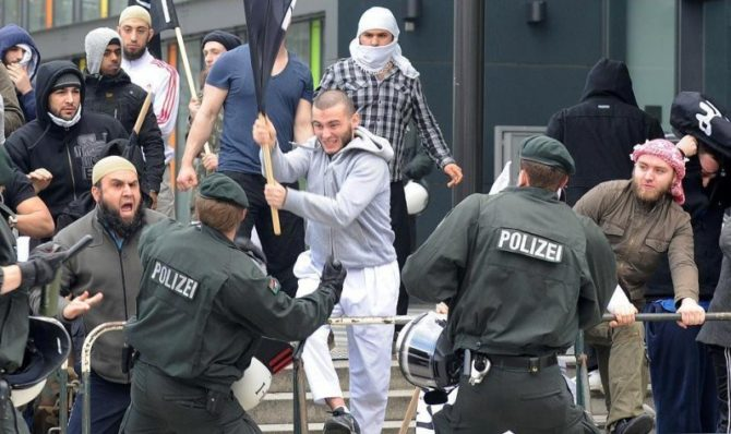 Islamistas se enfrentan en la calle a policías alemanes