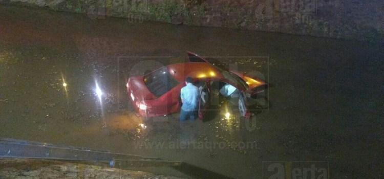 """Auto """"Vuela"""" al Río Querétaro, en Av. Universidad"""