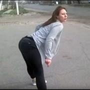"""Provoca terrible accidente por hacer """"twerking"""" en la calle"""