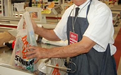 Resultado de imagen para bolsas de plástico en centros comerciales