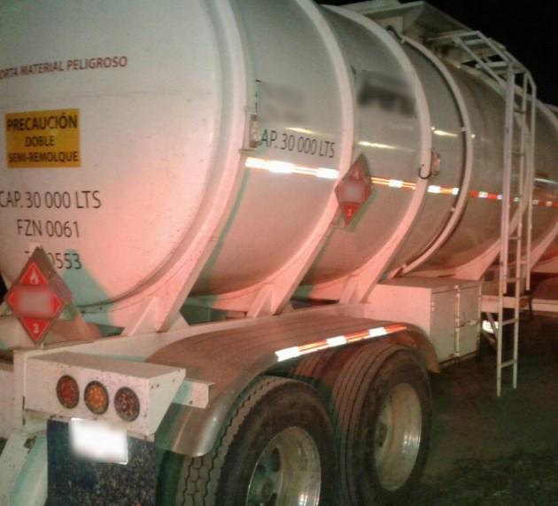 Aseguran tráiler con 60 mil litros de combustible robado en San Juan