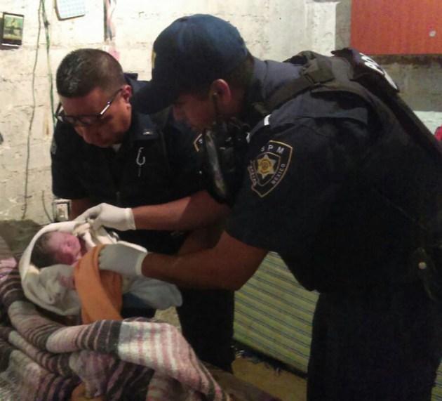 Policías municipales ayudan a ciudadana a dar a luz
