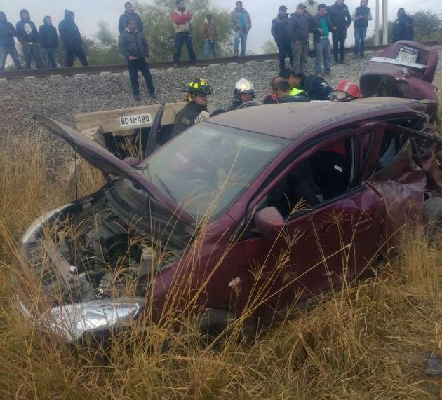 Tren destroza vehículo en Navajas