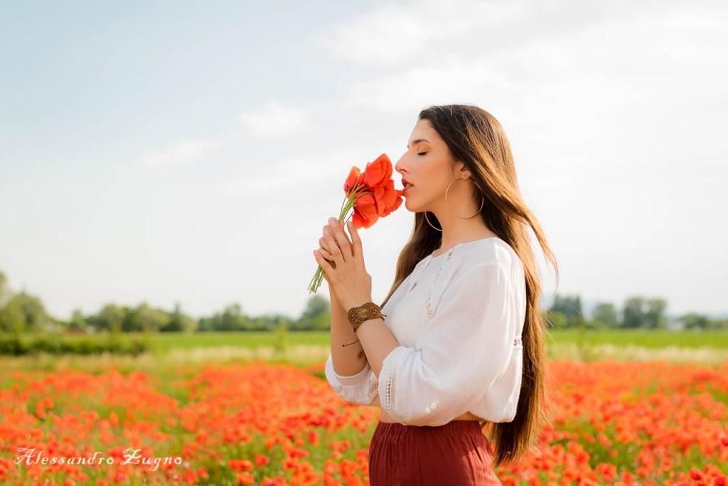 shooting fotografico all'aperto con modella che annusa mazzo di fiori