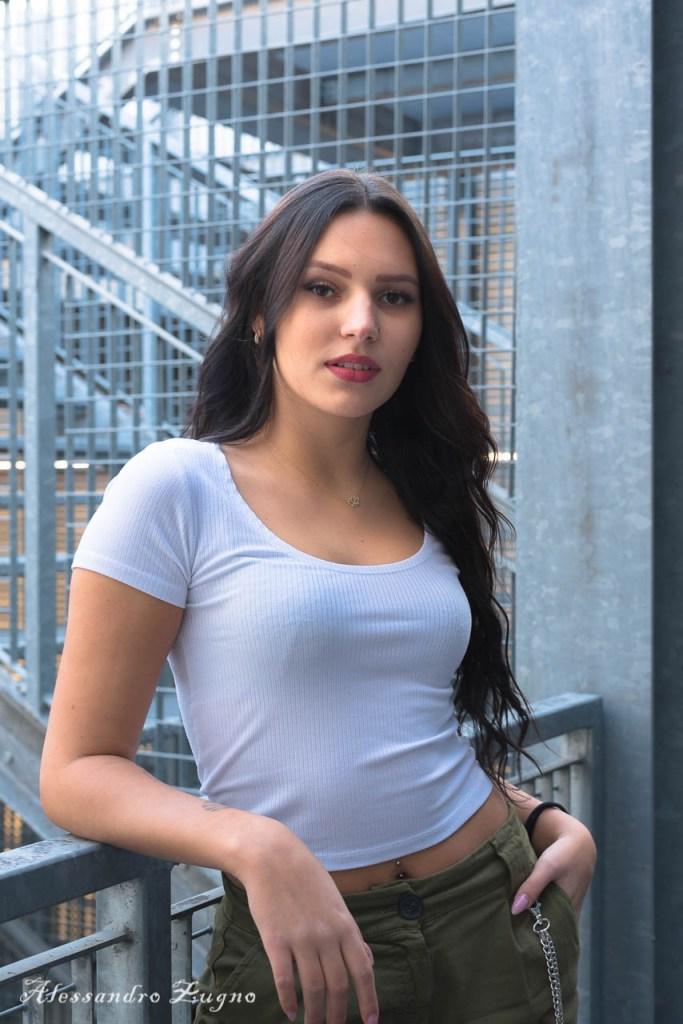 foto urban di ragazza con abbigliamento casual