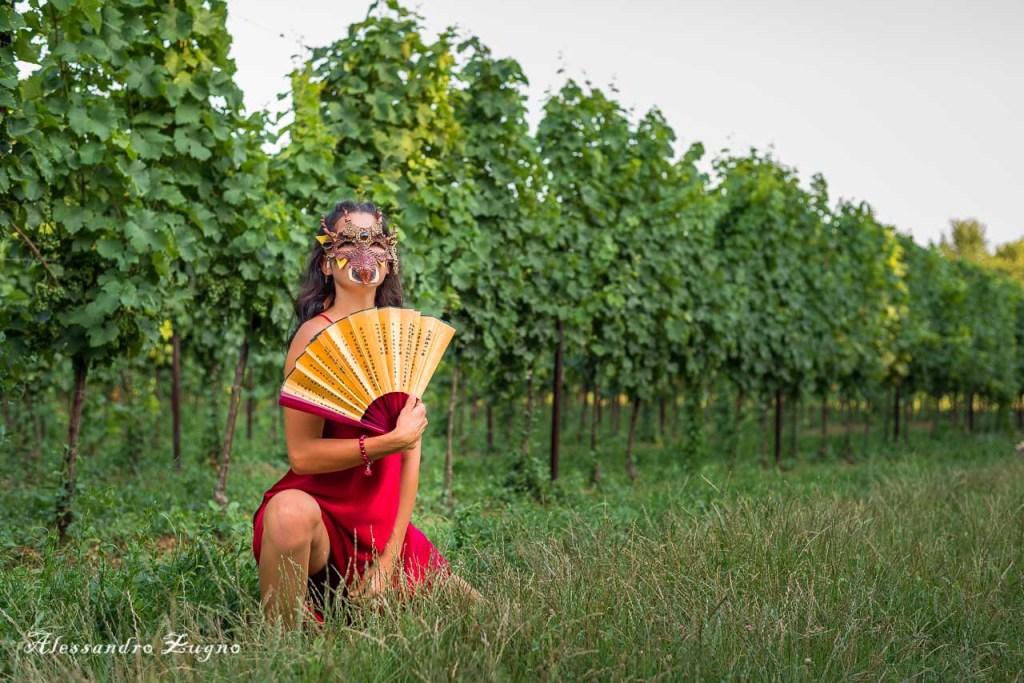 ragazza con vestito rosso nella Vigna nei Colli Euganei che posa per servizio fotografico