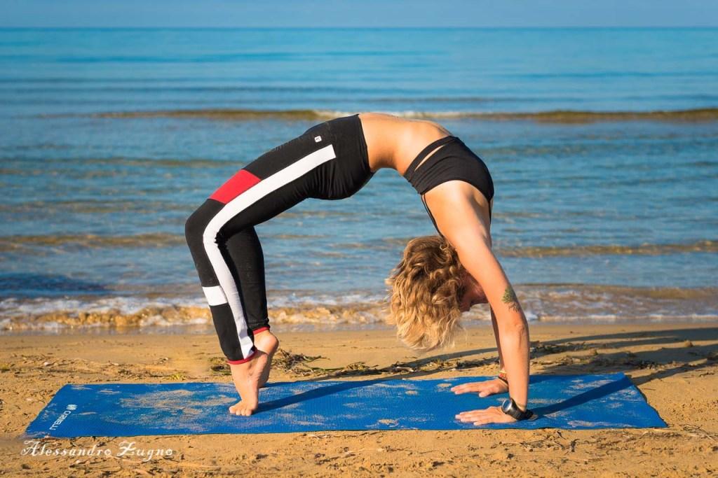 servizio fotografico di Yoga al mare lungo la riva del Lido di Jesolo