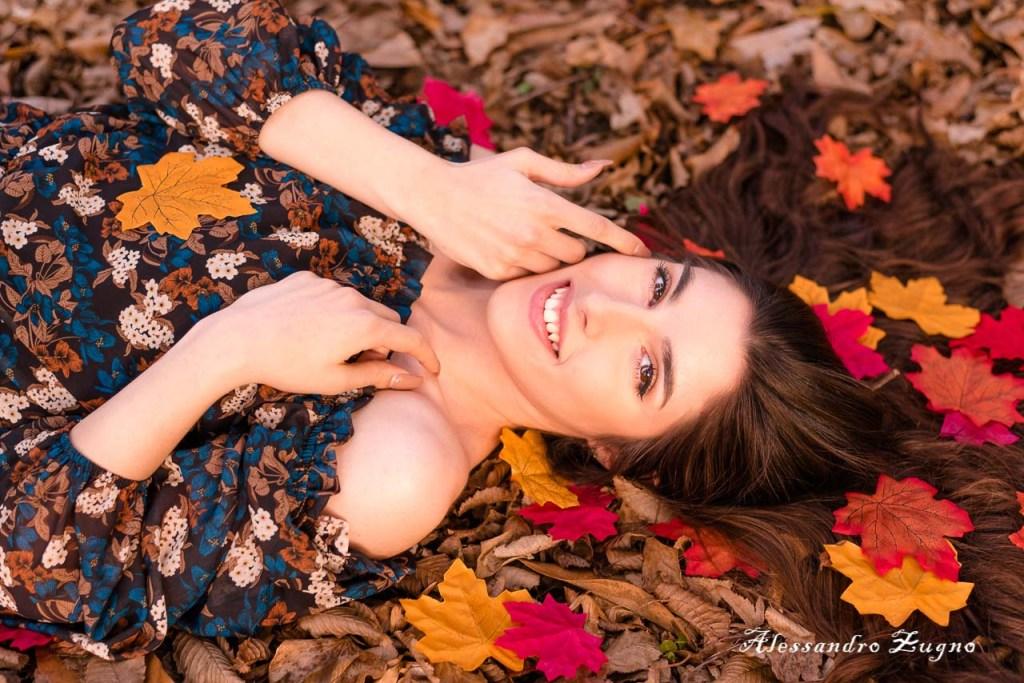 book fotografico autunnale ragazza immersa nelle foglie