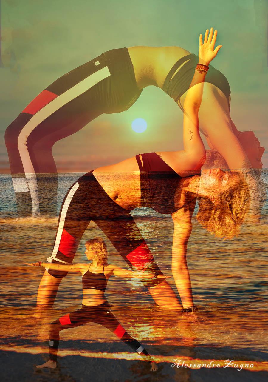 Yoga al mare durante il tramonto