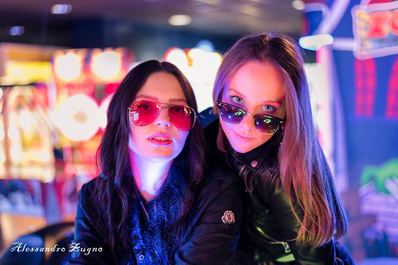 sala giochi Cineplex due Carrare con luci colorate e ragazze con occhiali da sole