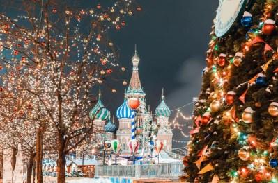 <strong>weihnachtlich geschmückten Moskauer Roten Platz</strong>