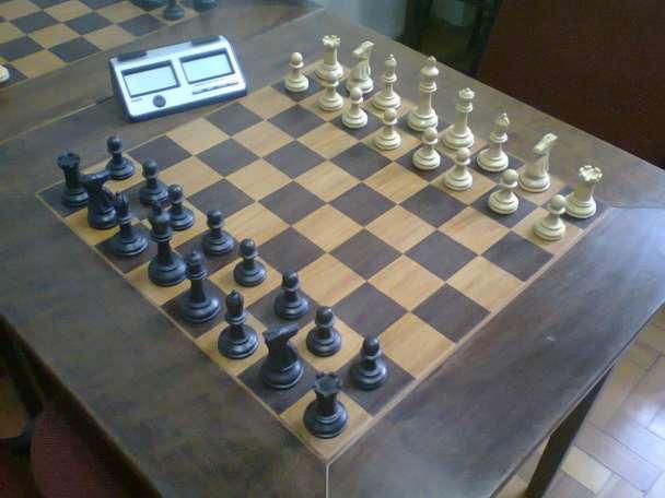 Mesas tabuleiro de Xadrez com peças oficiais e relógio digital