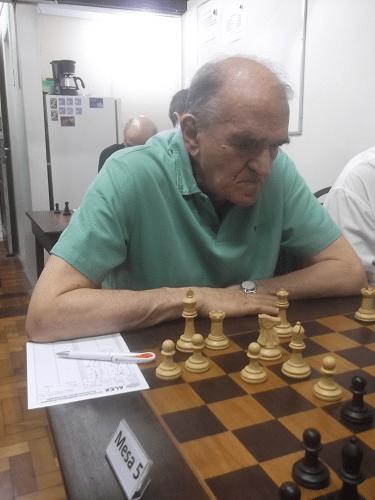 Na mesa 5, o veterano Carlos Rolim (AABB, 1932) defendeu-se tenazmente...