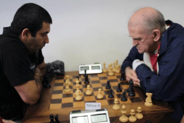 2ª rodada - Paulo Adriano Matozo, de brancas, perdeu de Carlos Alves Rolim.