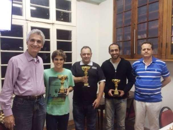 Os premiados do IRT, ladeados pelo mestre de cerimônias e pelo árbitro!