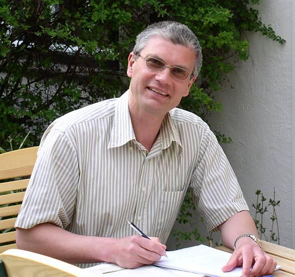 Alexander Klier beim Schreiben im Garten. Foto: Privat