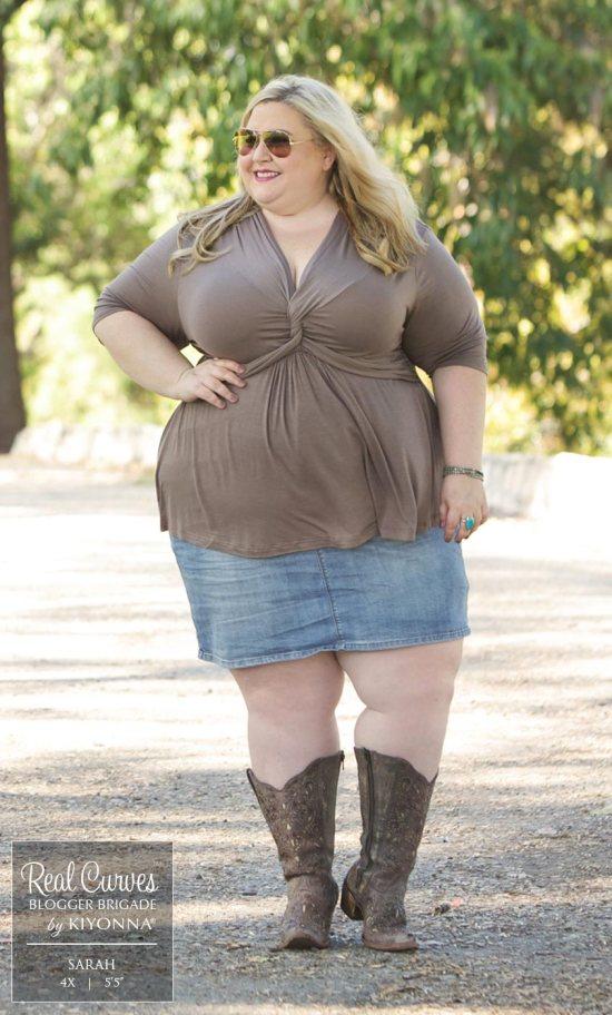 Plus Size Black Twist Top {2 Ways} - Plus Size Fashion for Women - alexawebb.com #alexawebb #plussize