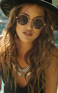 How to dress boho style - sunglasses, with boho necklace and hat