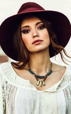 How to dress boho style: purple eye shadow and natural makeup