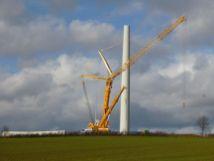 Wenn man heute derart große Kräne in Zusammenhang mit Windkraftanlagen sieht, dann dient die Anwesenheit des Kranes i.d.R. dem Errichten der immer größeren Windkraftanlagen. Dass es sich hierbei nun um den Abbau handelt, gibt das Foto dem Laien möglicherweise auch gar nicht preis.