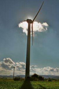 Eine Windkraftanlage des Herstellers Tacke verdeckt hier die Herstsonne im Jahr 2012 am Windpark 'Alte Schanze' bei Immenhausen. Dieser bestand aus Anlagen verschiedener Hersteller, die heute teilweise in anderen Herstellern aufgegangen sind; Tacke wurde beispielsweise von GE übernommen.