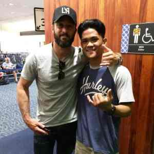 Alex O'Loughlin and Robert-Arakaki-at Honolulu airport