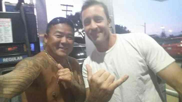 Alex O'loughlin and fan