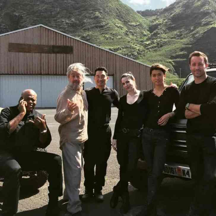 Alex O'loughlin BTS with cast