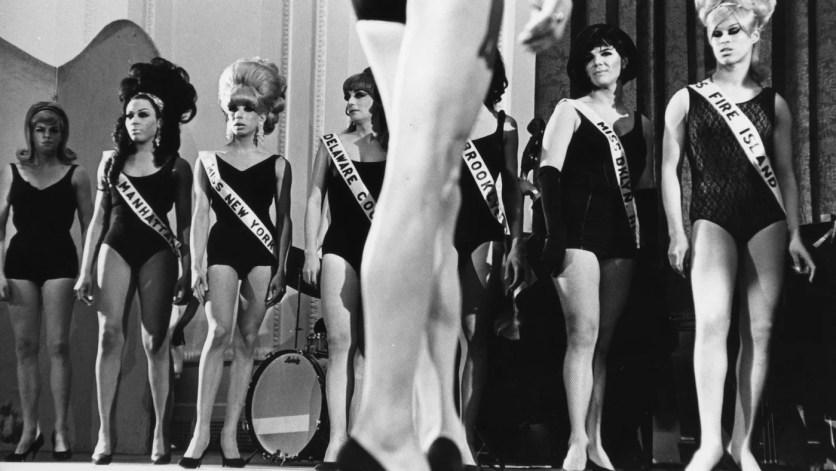 Artistas drag en el escenario mientras compiten durante una drag ball en Nueva York el 20 de febrero de 1967. Foto de Fred W. McDarrah/Getty Images