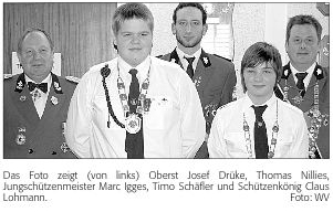 presse-Das Foto zeigt (von links) Oberst Josef Drüke, Thomas Nillies, Jungschützenmeister Marc Igges, Timo Schäfler und Schützenkönig Claus Lohmann-01-14