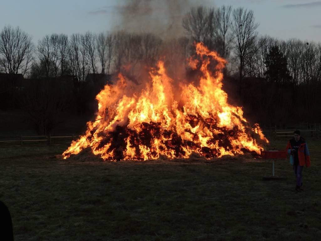 Sammeln für das Osterfeuer