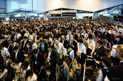 Packed station during typhoon-related delays: Shinagawa