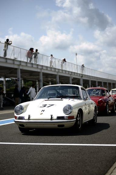 Porsche no.37 lines up for the race