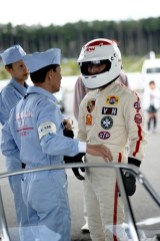 Tetsu Ikuzawa speaks with his crew chief