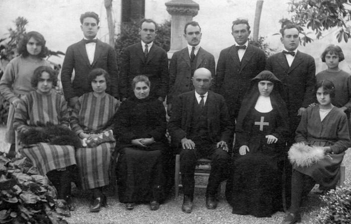 A dalt: Carmeta, Pere, Pepet, Francisco, Miquel, Anton i Montserrat (monja). A sota: Maria, Isabel (monja), Dolors Àvila, Miquel Puig i Mariné, Teresina i Mercè.