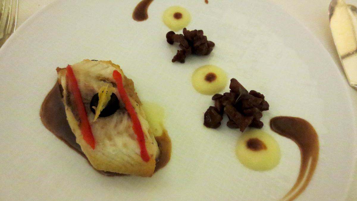 """Orata reale """"Riviera"""" con finferli ed emulsione di patate charlotte al sugo di crostacei"""