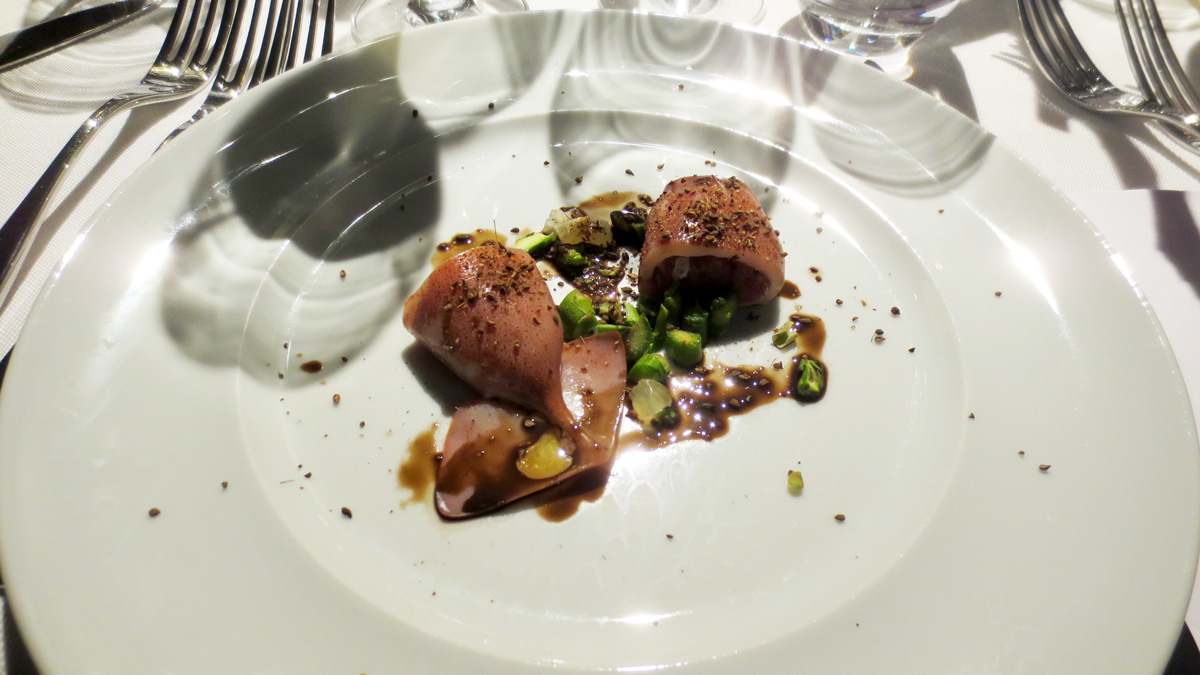 Calamaro ripieno di Daino crudo battuto al coltello con salsa al nero e asparagi selvatici