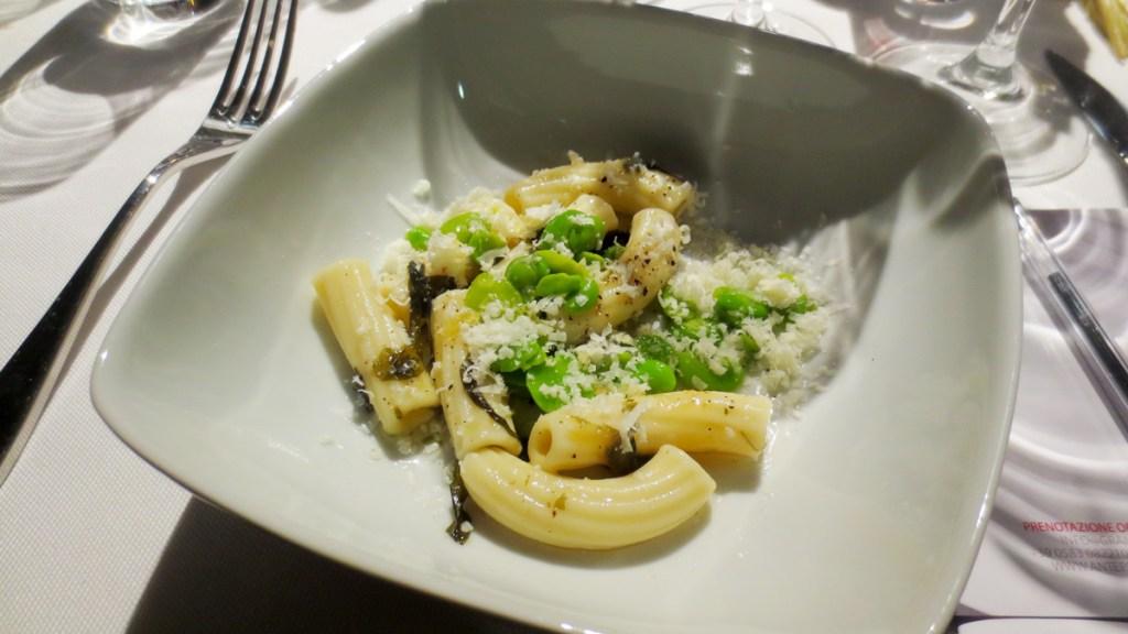 Tortiglioni con Fave e Pecorino e miele di Elicrisio cotti in brodo di Kiwi e Alga Wakame