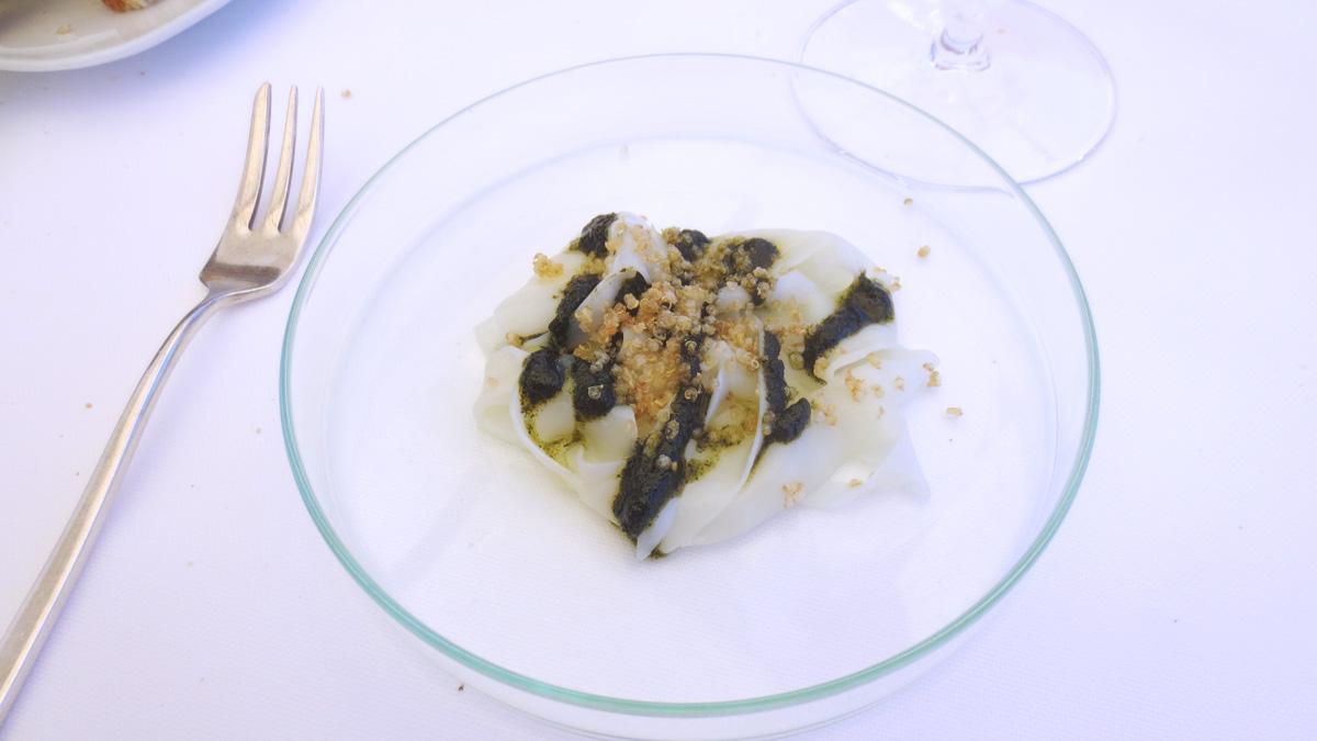 Tagliatella di seppia, pesto di alga nori e quinoa fritta