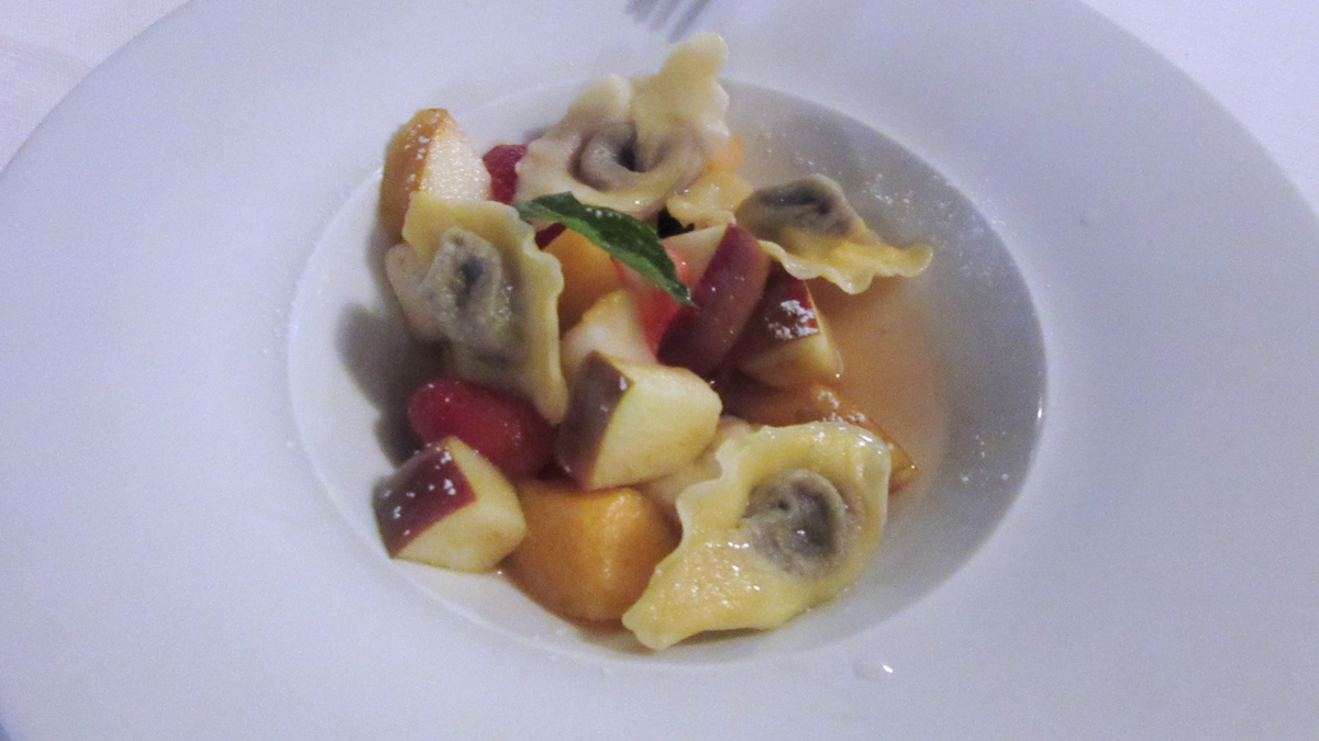 Ravioli di cioccolato e zuppa di frutta