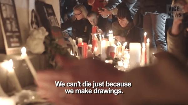 Duelo parisinos se reunieron para llorar a las víctimas del tiroteo Charlie Hebdo.  Foto: Captura de pantalla, Vice Noticias.