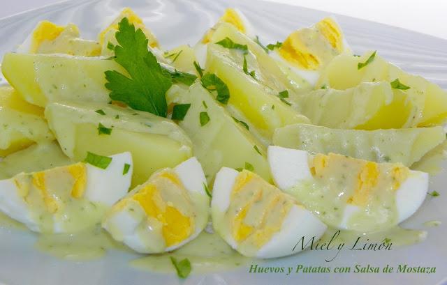 huevos y patatas con salsa de mostaza