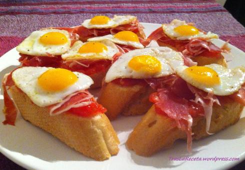 Montaditos de jamón y huevo de codorniz