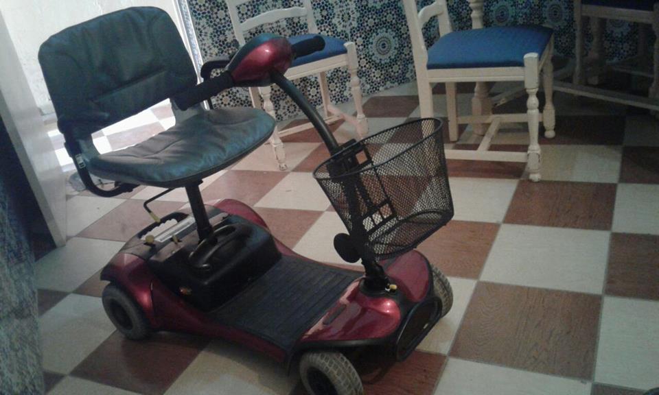 هبة من محسن عبارة عن عربة متحركة لفائدة يتيمة من دوي الاحتياجات الخاصة