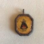 Reverso de una medalla con la Virgen del Remedio.