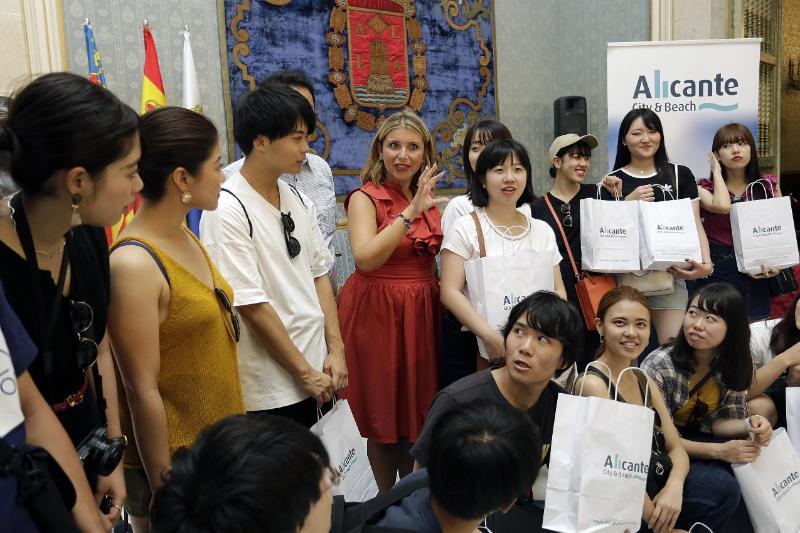 La concejala de Turismo, Mari Carmen Sánchez, ha recibido en el Ayuntamiento de Alicante a un grupo de estudiantes de la universidad Meiji Gakuin de Japón