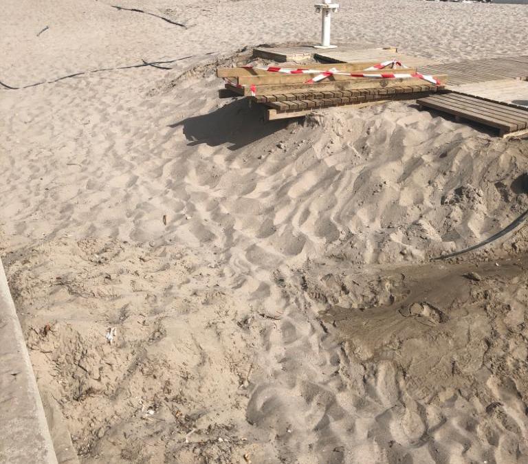 ElAyuntamiento de Alicante inicia los trabajos de adecuación de la arena y los servicios en la playa de San Juan